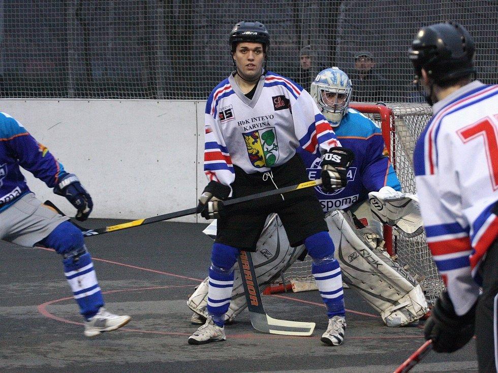 Hokejbalisté si porážkami s Ústím notně zavařili.