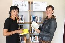 Vedoucí provozu karvinského letního koupaliště Táňa Červená (vlevo) a ředitelka Regionální knihovny Karviná Markéta Kukrechtová při slavnostním uvedení do provozu tzv. knihobudky na koupališti.