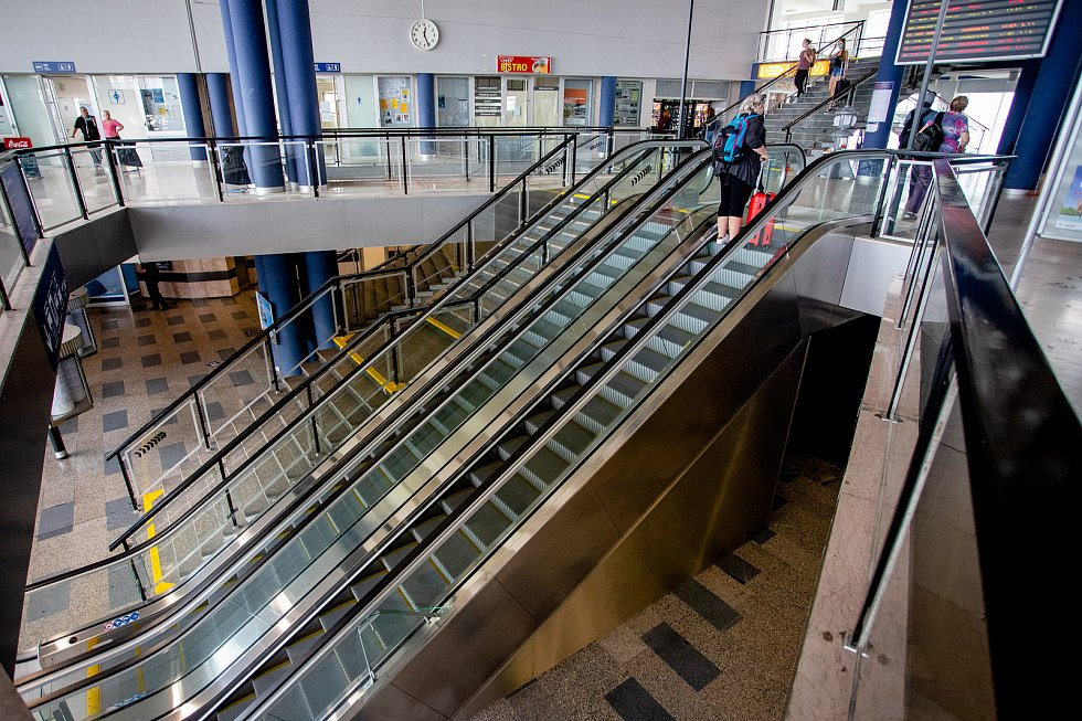 Pohyblivé schody na hlavním nádraží v Ostravě, červen 2020.