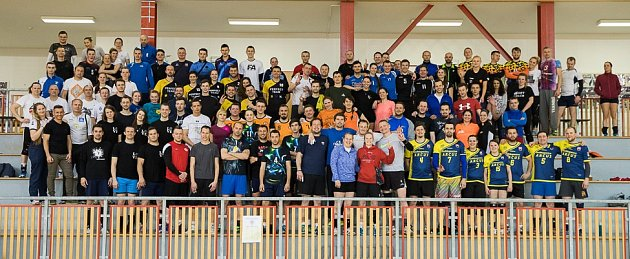 Účastníci turnaje na společné fotografii.