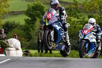 Angličan Ben Wylie na stroji s číslem 18 dokáže krotit svůj motocykl i ve vzduchu. Podaří se mu v premiéře na Těrlicku mezi silnou konkurencí dosáhnout na kahanec?