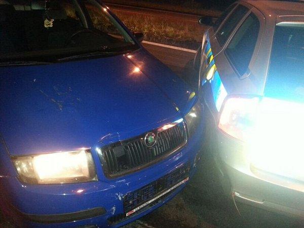 Řidič úmyslně boural do policejních vozidel.