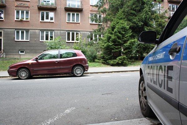 Policisté hlídali byt iauto zemřelého muže.