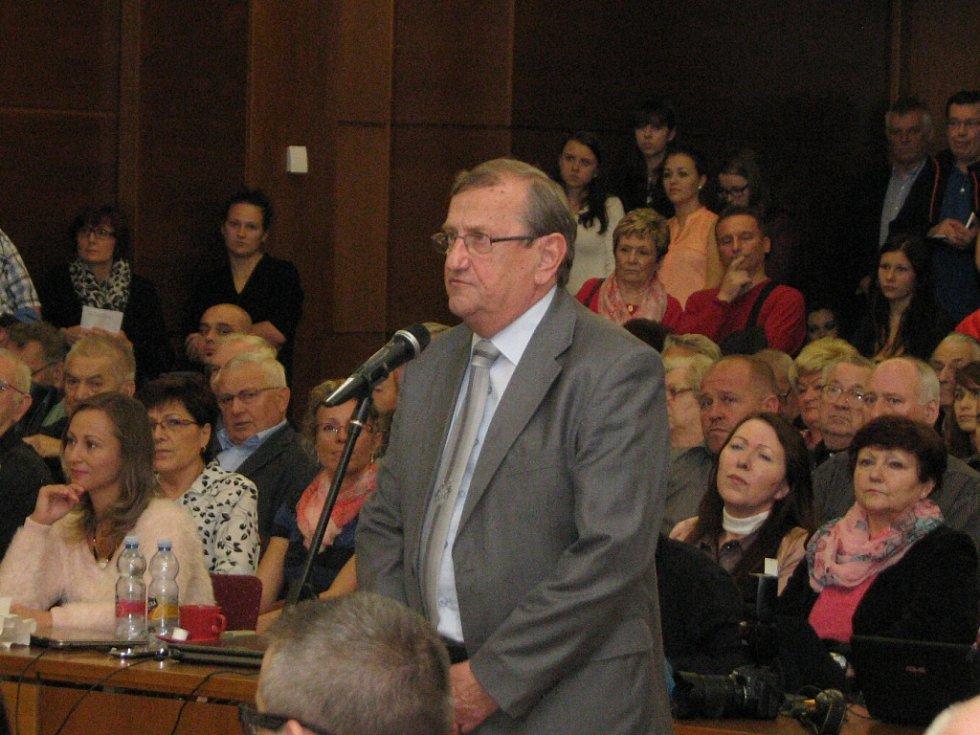 Ustavující zasedání havířovských zastupitelů. Ekonomický náměstek Eduard Heczko.