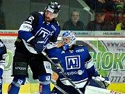 Hokejisté Havířova (v tmavém) podlehli Varům po vyrovnaném boji 1:3.