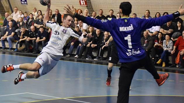 Ústřední postavou vítězné Karviné byl až do svého vyloučení její brankář Petr Mokroš. Na snímku se ho snaží překonat Tomáš Samek. V utkání se mu to povedlo jen dvakrát.