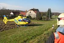 Ač se to na první pohled nezdá, v tomto případě už stojí vrtulník v téměř maximálním podélném sklonu. při nakládání pacienta už se na lyžinách houpal.