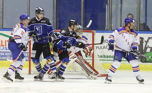Hokejisté Havířova (vmodrém) si přivezli tři body zLitoměřic.
