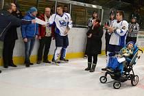 V Orlové přispěli hokejisté a diváci finančním darem na léčbu malého Davida Rosůlka.