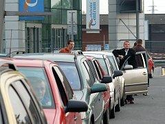 Lidé čekali na benzín zdarma.