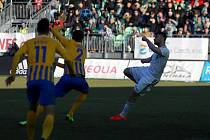 Tomáš Wágner (v bílém) dává gól na 1:1 v sobotním derby Karviné s Opavou.