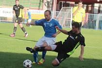Filip Racko (v modrém) byl v utkání o první místo znovu hodně vidět.