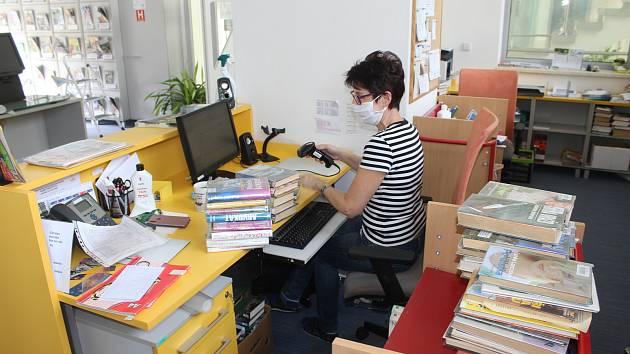 Pracovnice karvinské Regionální knihovny ještě před otevřením dokončují inventarizaci, třídění a obalování knížek.