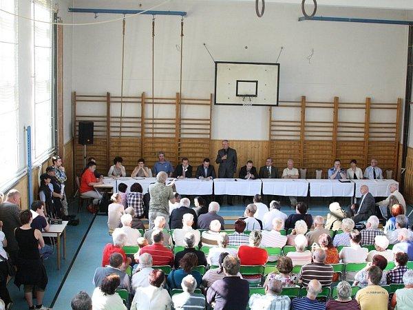 Veřejná schůze vedení města sobčany vProstřední Suché.