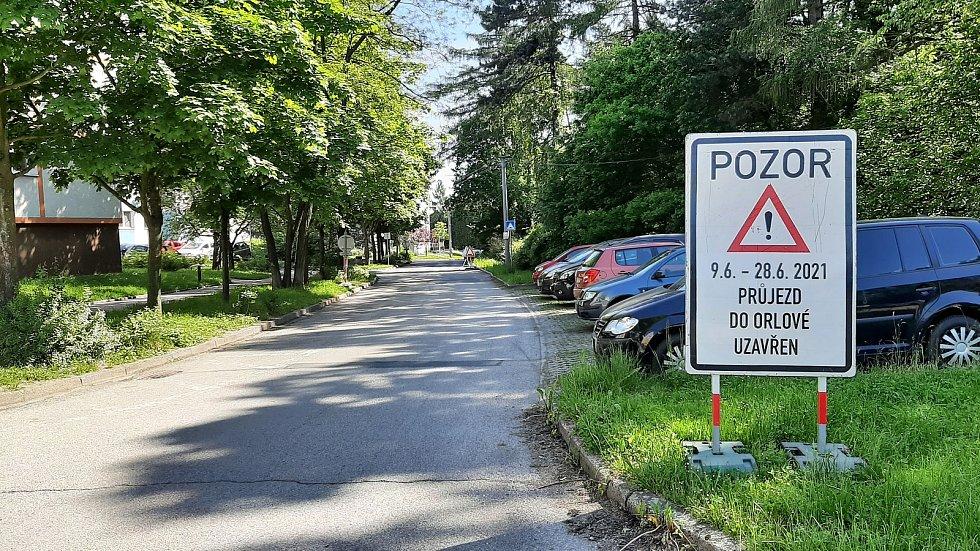 Téměř tři týdny budou muset někteří řidiči na sídlišti Pátá etapa jezdit do města dlouhou objížďkou.