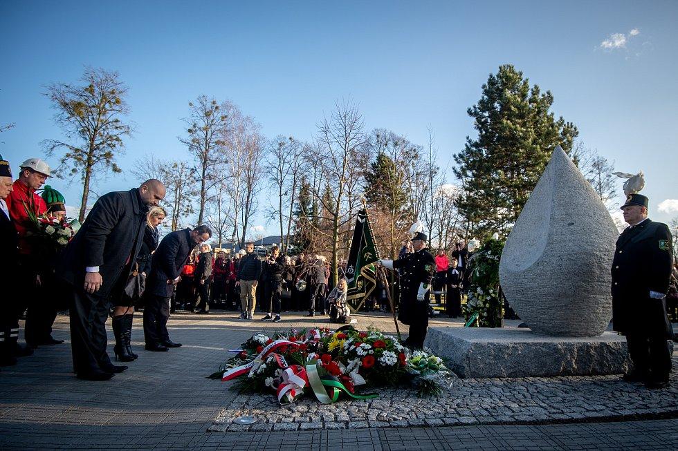Ve Stonavě se konal pietní akt k uctění památky 13 horníků, kteří před rokem zahynuli v Dole ČSM-Sever při výbuchu metanu. Památku havířů připomíná v centru obce žulový monument ve tvaru slzy, 20. prosince 2019.