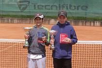 Vlevo vítěz dvouhry Filip Neuwirth, vpravo poražený finalista Šimon Myslivec.