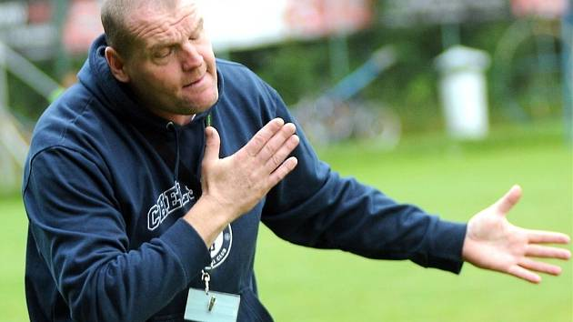 Trenér Petrovic Čestmír Kročil nejspíš provádí jakýsi zaříkávací rituál. Pomohlo to. Jeho tým porazil béčko Karviné.