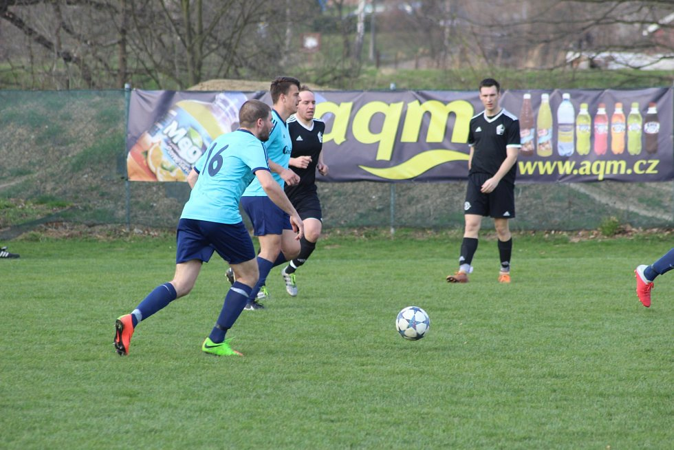 Fotbalisté petrovického Interu se doma rozešli smírně se Záblatím (v černém).