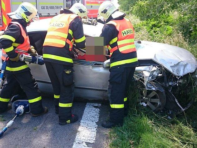 Zásah hasičů u vážné nehody.