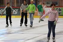 Veřejné bruslení na ledové ploše zimního stadionu.