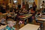 Do lavic orlovské Základní školy Školní v pondělí zasedlo bezmála šedesát prvňáčků.
