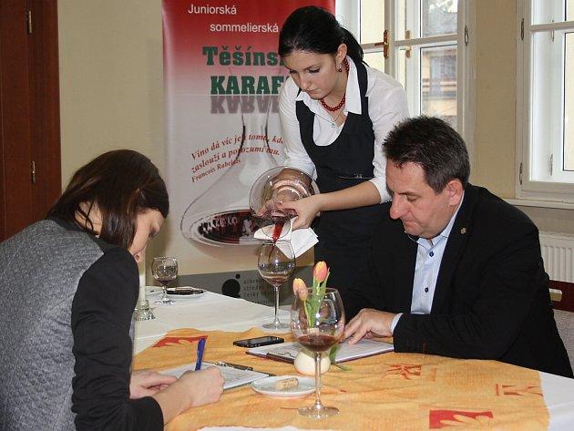 Mladí sommeliéři předvedli své umění na desátém ročníku Těšínské karafy. Předvedli své teoretické i praktické znalosti nejen ze servírování a degustace vín, ale také vinařství obecně.