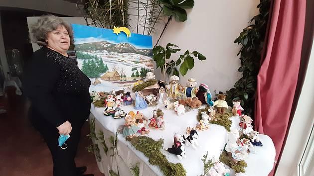 V Salonu Maryška v Novém Bohumíně je k vidění netradiční betlém, jehož postavičky tvoří plyšová zvířátka. Prosinec 2020.