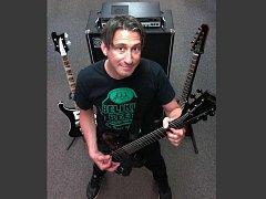 Baskytarista legendární americké kapely Dog Eat Dog Dave Neabore.