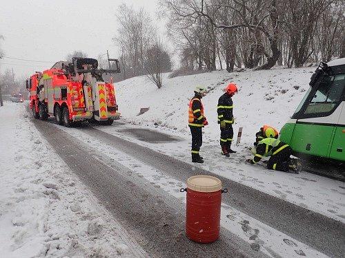 Vyprošťování meziměstského autobusu v Albrechticích u Českého Těšína.