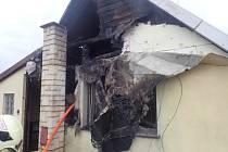Šest jednotek hasičů zasahovalo v úterý odpoledne v Petrovicích u Karviné, místní části Závada, u požáru sedlové střechy dvoupodlažního rodinného domku, pokryté kanadským šindelem.