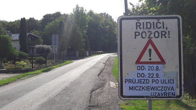 Tabule upozorňující na opravu dalšího úseku Miczkiewiczovy ulice vKarviné. Uzavírka potrvá měsíc.