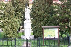 V Petrovicích u Karviné je možná jediná socha svatého Václava v okrese.
