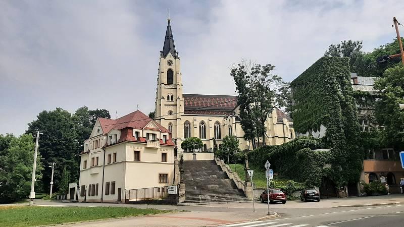 Orlová-Město. Náměstí, kostel Nanebevzetí Panny Marie.