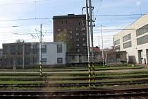 Pohled na budovu z vlaku.