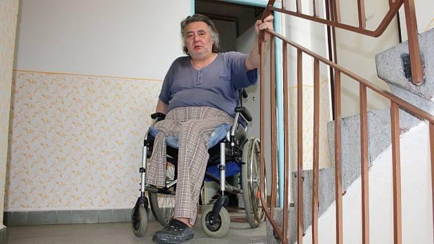 Pan Vojtěch Špitcza z Karviné se v současnosti bez cizí pomoci z bytu nedostane.