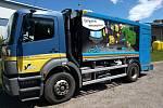 Upravený popelářský vůz na mytí odpadových kontejnerů.