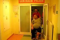Zdravotníci záchranné služby přivážejí pacienta do nemocnice k vyšetření.