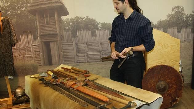 Zbraně od pravěku po raný středověk byly předmětem sobotních přednášek a výstavky v Archeoparku Chotěbuz.