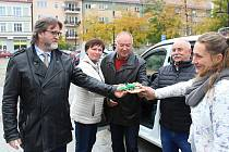 Zástupci spolku Trianon v pondělí převzali nový vůz, jehož financování pomohla zaljistit vodárenská společnost SmVaK.