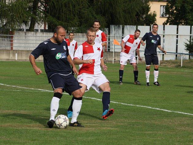 Orlovští fotbalisté prohráli, možná i proto, že jim chyběla středová osa, jejíž součástí je i Ondřej Matušík (v modrém).