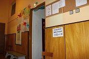 Jednu z volebních uren našli dětmarovičtí voliči i v tělocvičně zdejší mateřské školy.