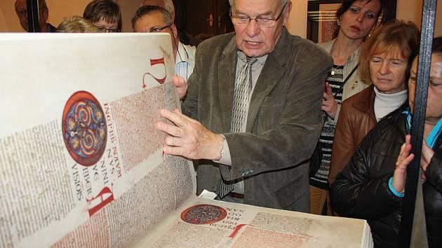 Jeden z knižních zázraků světa, největší světový rukopis, kniha Codex Gigas, zvaná též Ďáblova bible, je k vidění na karvinském zámku Fryštát.