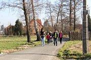 Tři různě dlouhé trasy zdolávali turisté pěšky, během, na koloběžkách i s kočárky.