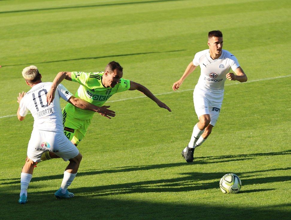 Fotbalový duel Slovácko (v bílých dresech) - Karviná.