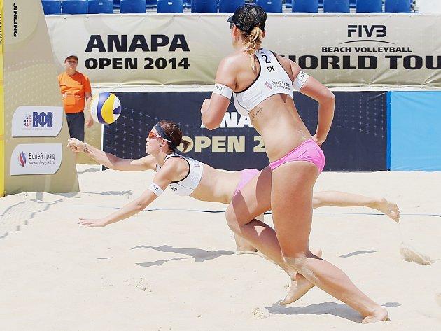 Diana Žolnerčíková (u míče) a Martina Jakubšová na podniku v ruské Anapě.
