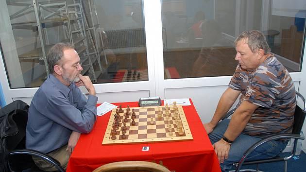 Kapitán Karviné Lubomír Zimniok (vlevo) získal důležitý bod s Karlem Chwistkem.