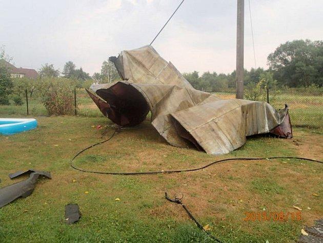 Silný vítr doprovázející bouřku strhl asi polovinu střechy rodinného domu a odnesl ji na blízkou zahradu.