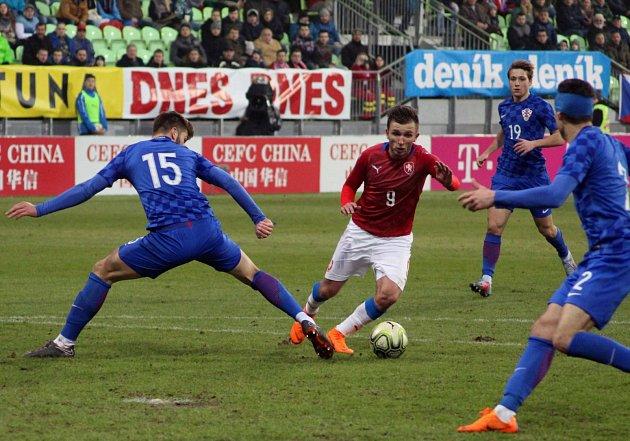 Česká lvíčata (včerveném) zdolala stejně staré Chorvaty 2:1.