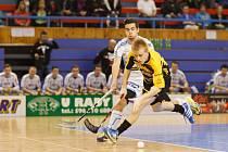 Tomáš Bajgar sice v prvním utkání vsítil Petrovicím hattrick, ale ve druhém jeho řada prohrála svůj minizápas 0:4 a série je srovnaná.